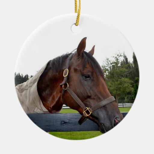 caballo sobre vista lateral de la cerca adorno navideño redondo de cerámica