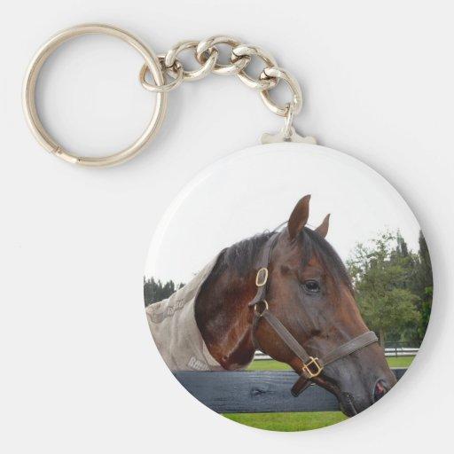 caballo sobre vista lateral de la cerca llavero personalizado