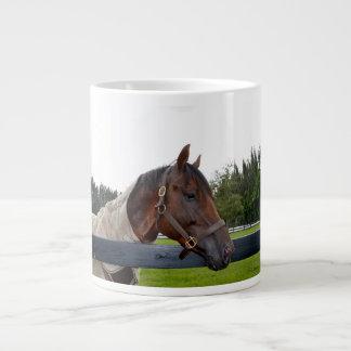 caballo sobre vista lateral de la cerca taza grande