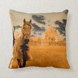 caballo surrealista que camina abajo del cielo del almohadas