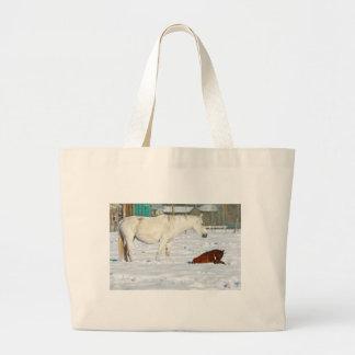 Caballo y bebé de la madre en nieve bolsa de mano
