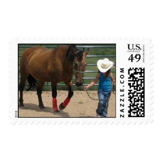 Caballo y chica que caminan de Tennessee Timbre Postal