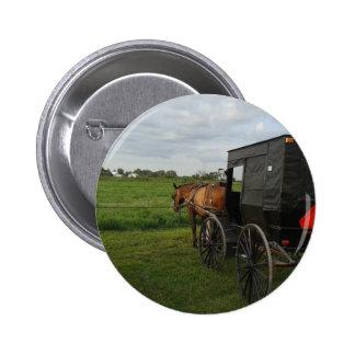 Caballo y cochecillo de Amish en la puesta del sol Pin Redondo De 2 Pulgadas