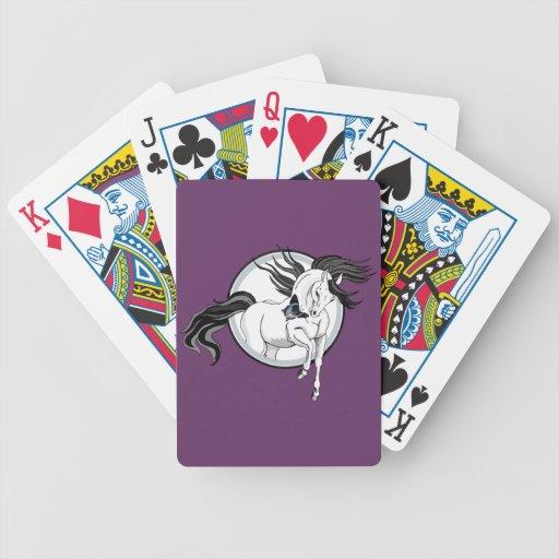 Caballo y mariposa del ~ que saltan cartas de juego