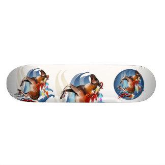 Caballo y monopatín brillante de las plumas skateboards