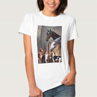 Caballo y perros en un establo polera