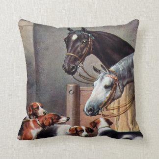 Caballo y perros en una almohada estable