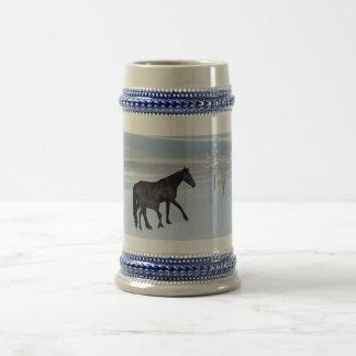 Caballo y potro en nieve jarra de cerveza