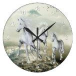Caballos blancos en la playa relojes