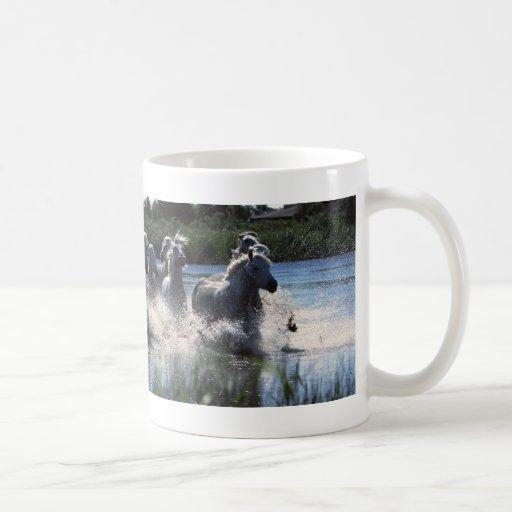Caballos corrientes del río taza de café