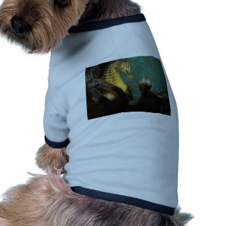 Caballos de mar lindos en el agua camisa de perro