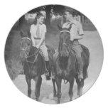 Caballos de montar a caballo de los pares plato de comida
