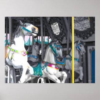 Caballos del carrusel con una indirecta del color poster