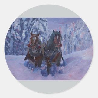 Caballos del trineo del invierno que pisan fuerte pegatina redonda