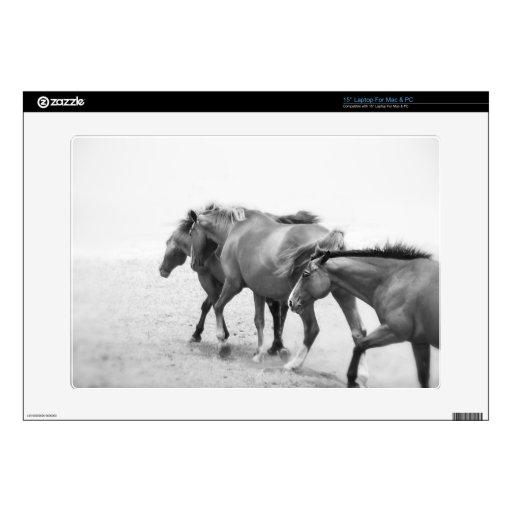 Caballos en fotografía blanco y negro portátil 38,1cm skins