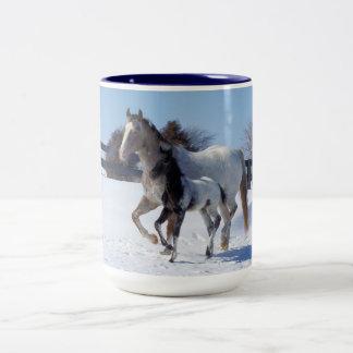 Caballos en invierno taza de café
