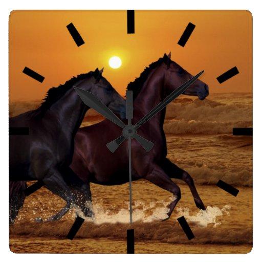 Caballos en la puesta del sol reloj cuadrado