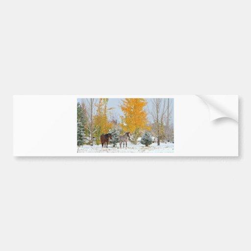 Caballos en nieve con el árbol coloreado pegatina para auto