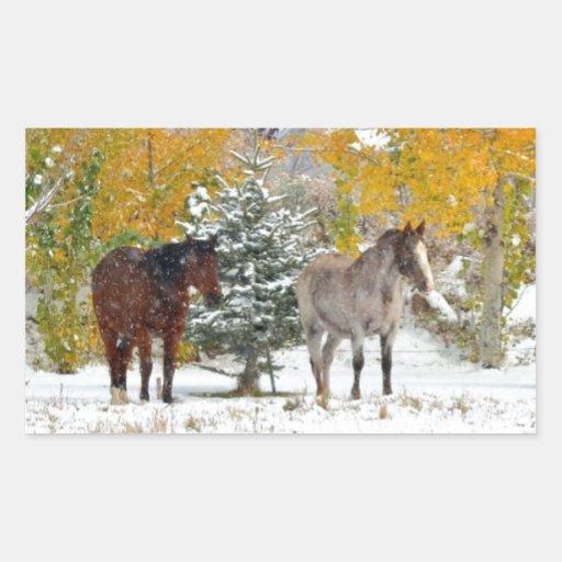 Caballos en nieve con el árbol coloreado pegatinas