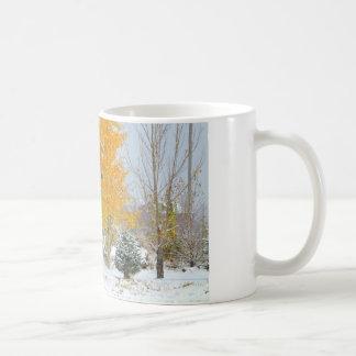 Caballos en nieve con el árbol coloreado taza clásica