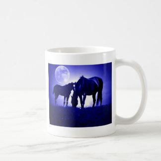 Caballos en noche azul taza básica blanca