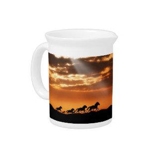 Caballos en puesta del sol jarras de beber