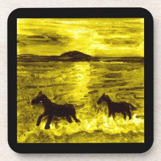 Caballos en una costa de oro posavasos de bebida