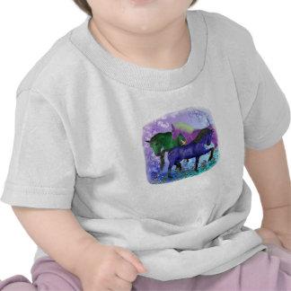 Caballos, fantasía coloreados en fondo púrpura camiseta