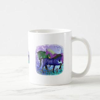 Caballos, fantasía coloreados en fondo púrpura tazas de café