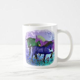 Caballos, fantasía coloreados en fondo púrpura tazas
