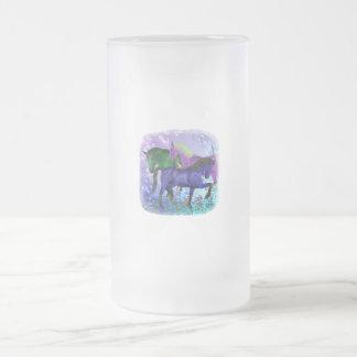 Caballos, fantasía coloreados en fondo púrpura taza de cristal