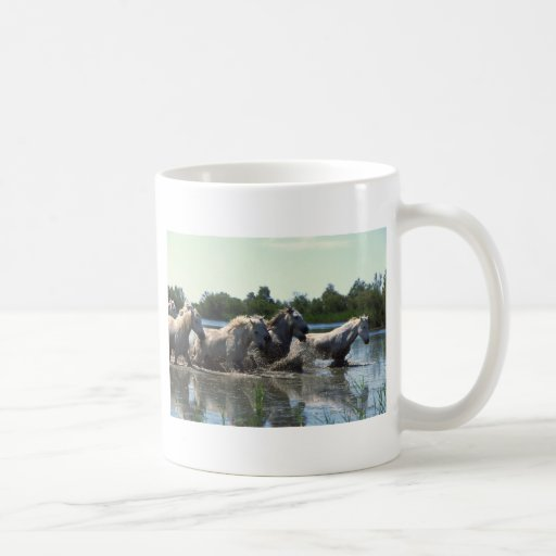 Caballos que caminan del río taza de café