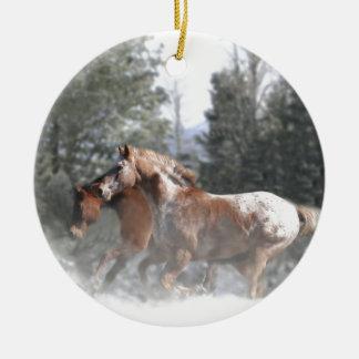 Caballos que corren en la nieve ornamente de reyes