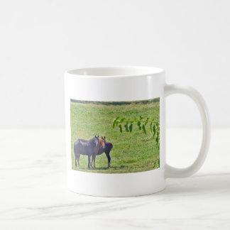 Caballos que cuelgan alrededor taza básica blanca