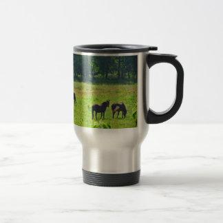 Caballos que pastan en el pasto verde taza de viaje de acero inoxidable
