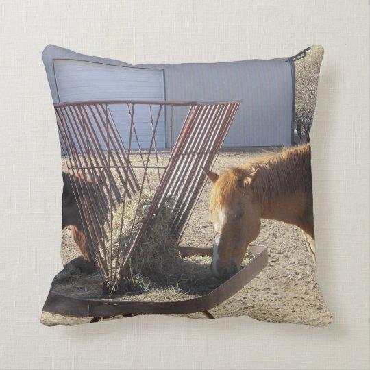 Caballos que tienen almohada del desayuno cojín decorativo
