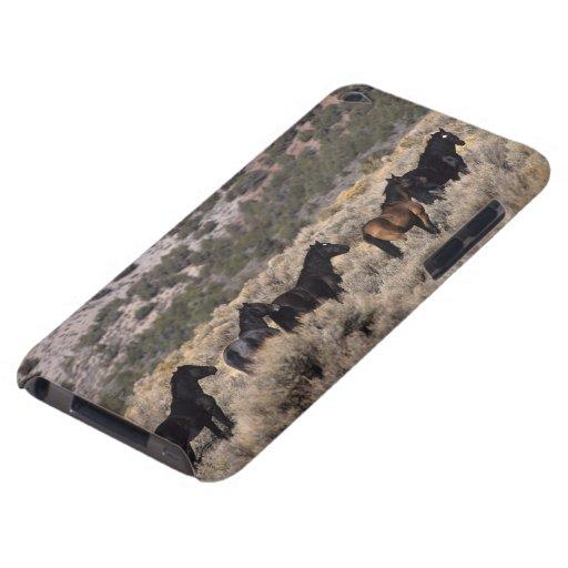 Caballos salvajes del mustango en el desierto 2 iPod touch Case-Mate cárcasa