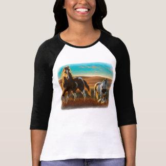 Caballos salvajes en camiseta de la luz del sol