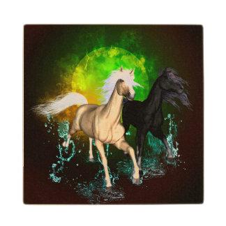 Caballos salvajes hermosos con el verde, fondo posavasos de arce