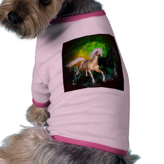 Caballos salvajes hermosos con el verde, fondo camiseta con mangas para perro