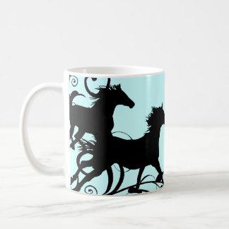 Caballos salvajes negros taza básica blanca