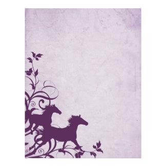 Caballos salvajes púrpuras plantillas de membrete