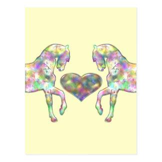 Caballos y arco iris del corazón coloreado postal