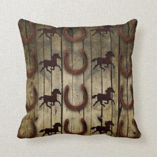 Caballos y herraduras en los regalos de madera del cojín decorativo