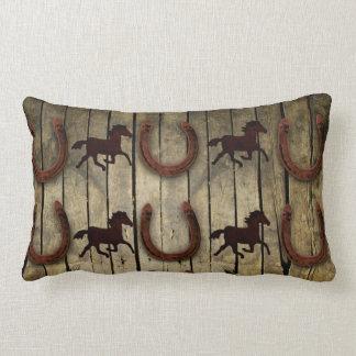Caballos y herraduras en los regalos de madera del cojín lumbar