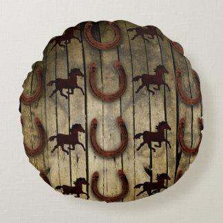 Caballos y herraduras en los regalos de madera del cojín redondo