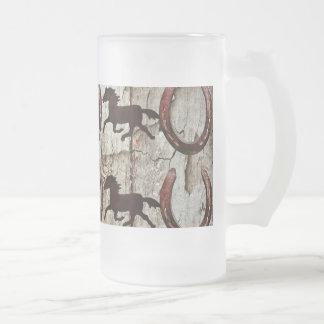 Caballos y herraduras en los regalos de madera del taza de cristal