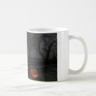 Cabaña de la bruja con la linterna de la calabaza taza básica blanca