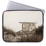 Cabaña de la playa en sepia funda portátil