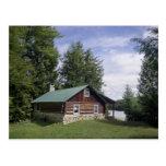 Cabaña de madera en los pinos tarjetas postales